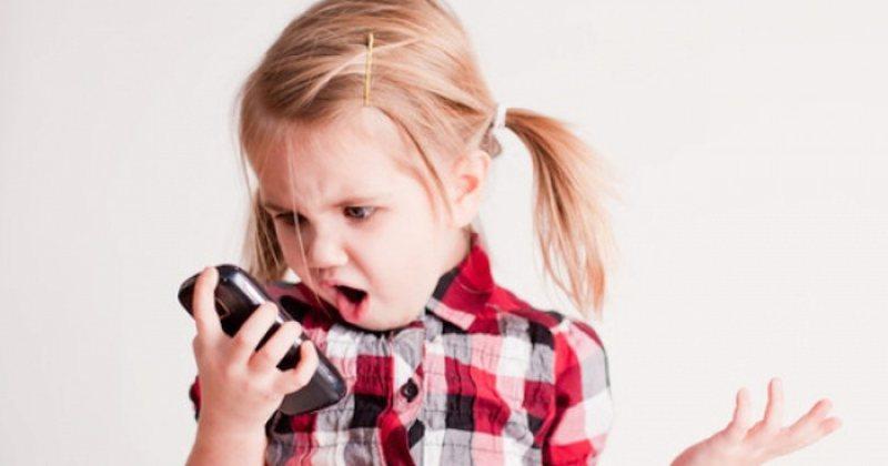 """""""Mos u lini fëmijëve telefonat në duar"""", mjekët"""