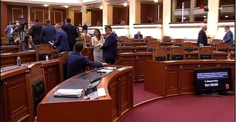 Debate në Parlament, opozita braktis sallën si shenjë proteste
