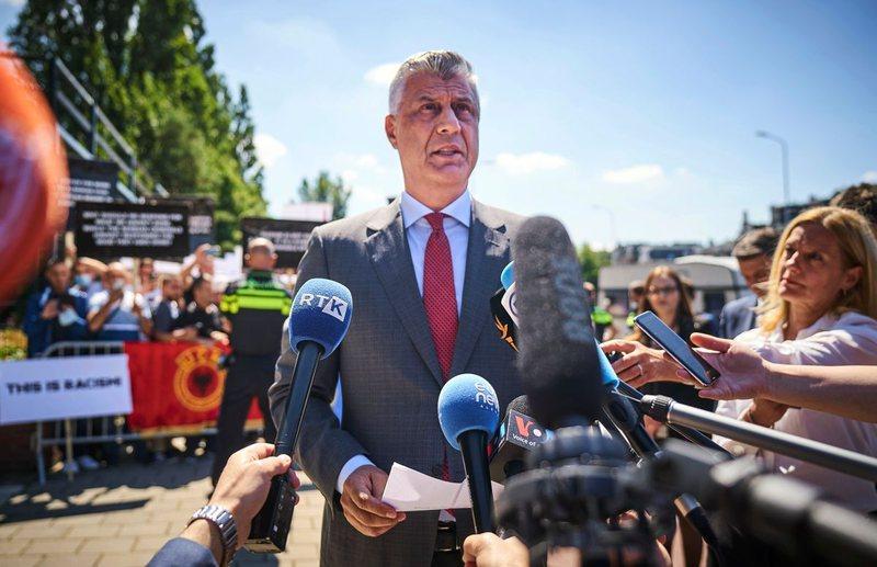 Thaçi kthehet në Kosovë pas intervistimit në Hagë: