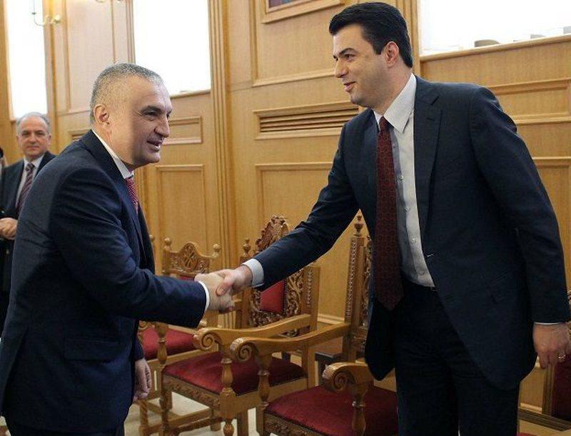 Opozita shqiptare më në fund tre dimensionale