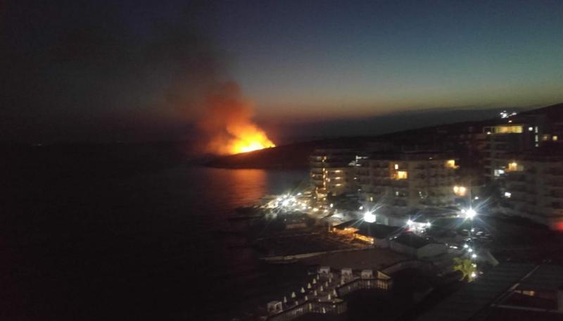 Zjarr i madh përballë Portit të Mallrave në Sarandë