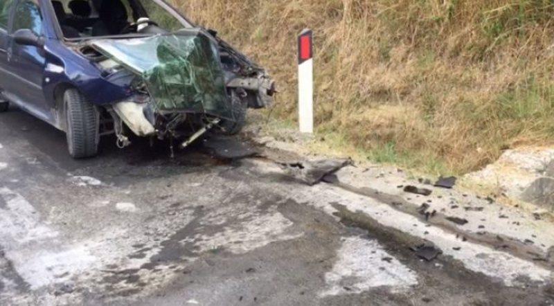 Tragjike/ Aksident fatal në aksin Elbasan-Peqin, përplasen 2 makina,