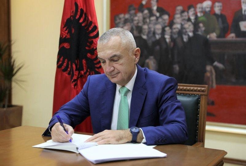 """Presidenti Meta """"bie dakord"""" me Kuvendin, dekreton tre ligje të"""