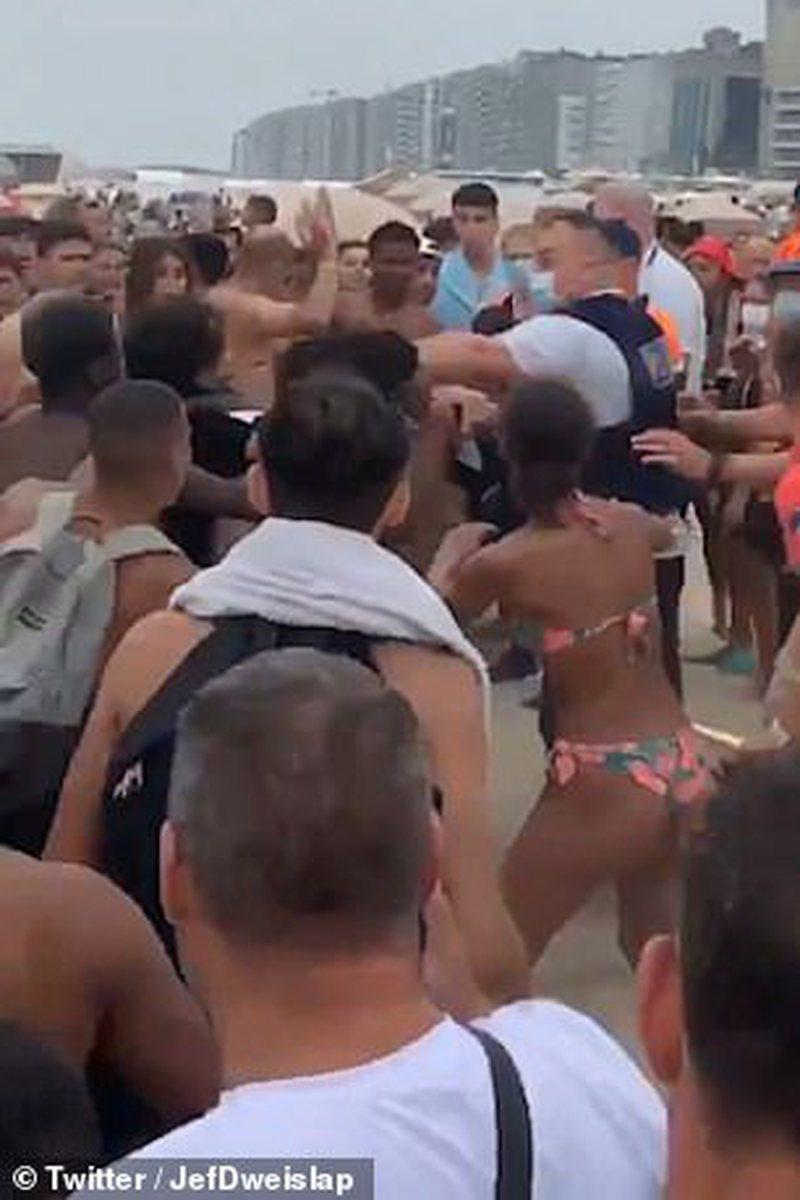 PAMJET E RËNDA/ Sherr në plazh, turistët përleshen me