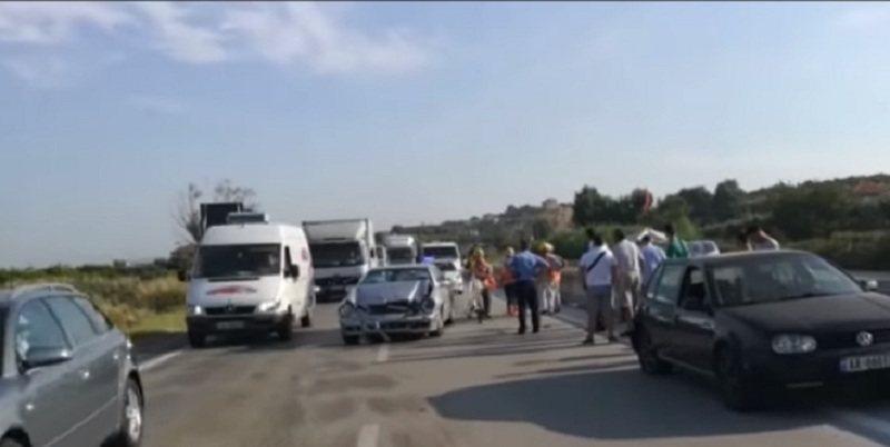 Përplasen 4 makina në Rrogozhinë, njëra prej tyre
