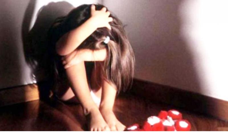 Dhunoi fizikisht dhe psikologjikisht vajzën e tij minorene, arrestohet