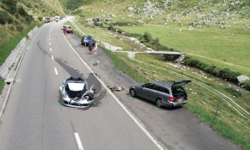 Dy makina 'super- bisha' Bugatti dhe Porsche përplasen me