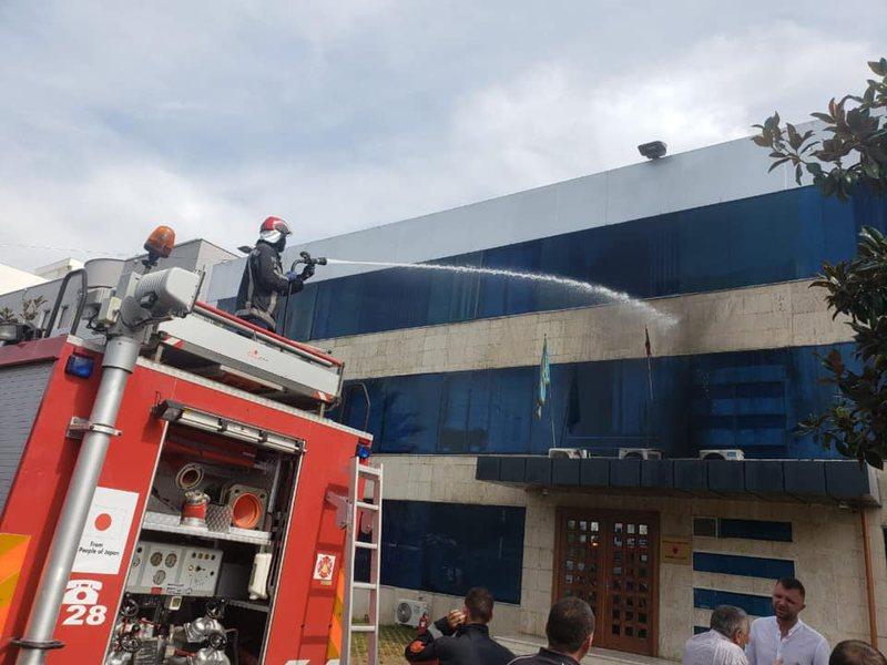 Zjarri në Bashkinë e Kamzës, vjen reagimi i kryebashkiakut Suli,