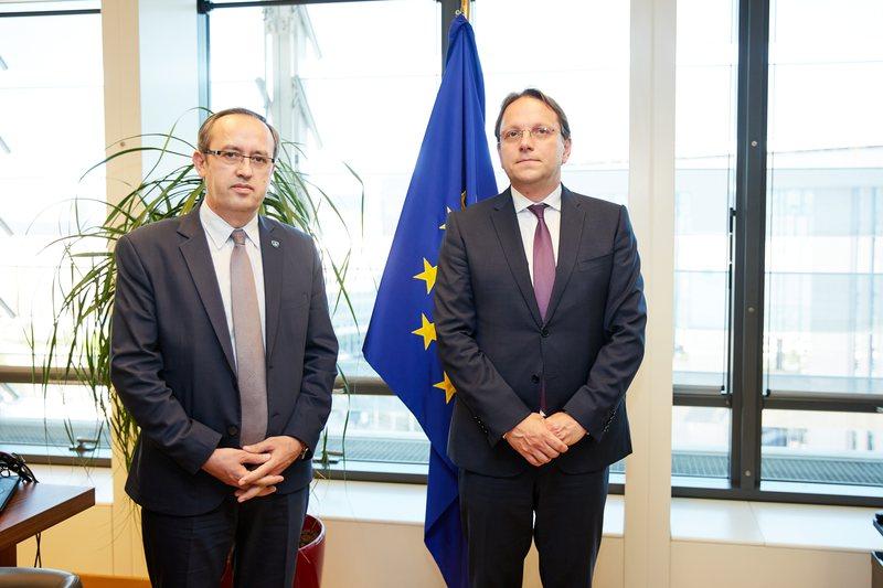 Oliver Varhelyi takime në Kosovë: Nuk ka pasur shumë progres me