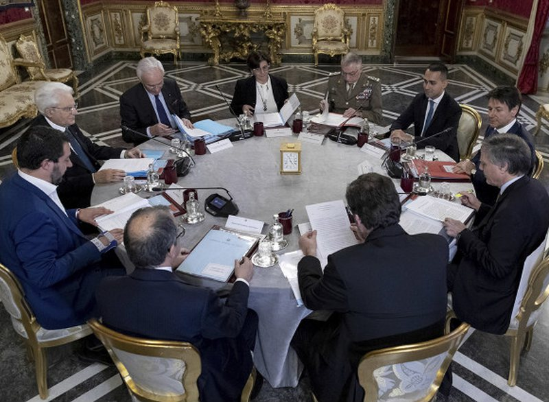 What is happening, the army on the road again? The Italian president convenes