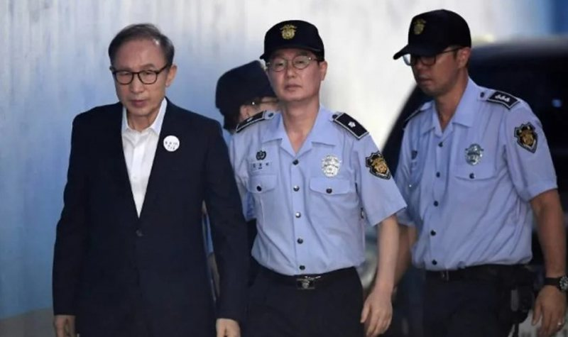 Accused of bribery, the former President is sentenced to 17 years in prison