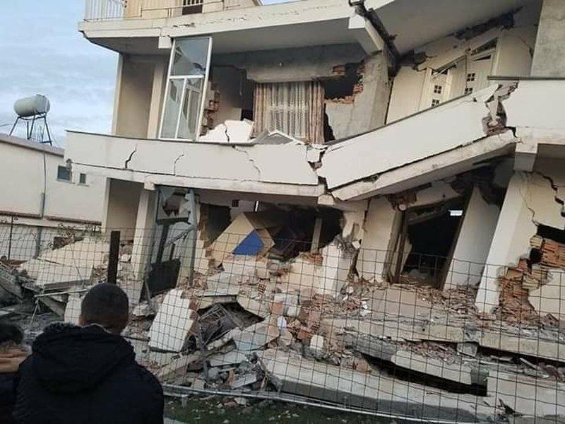 Humbi të gjithë pjesëtarët e familjes në rrënojat