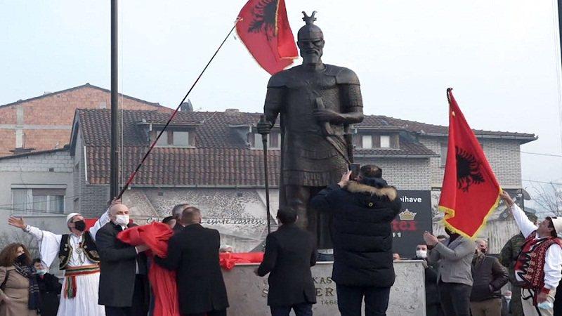 """Shtatorja e Heroit Kombëtar Skënderbeu duket si"
