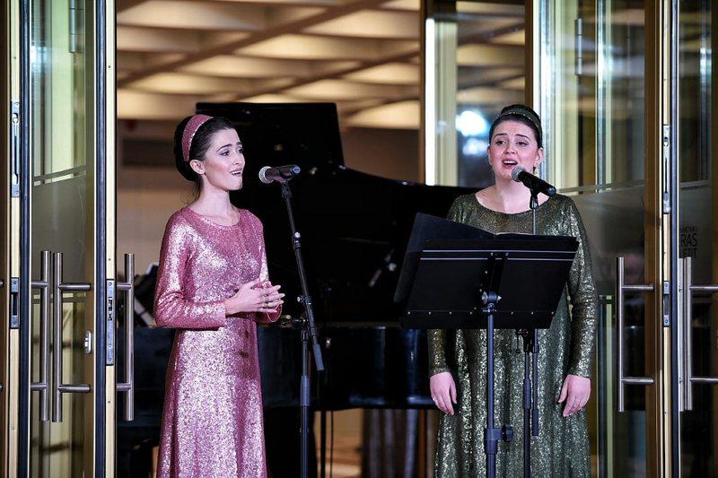 """Solistët lirikë dhe kori i TOB në """"White Christmas"""","""
