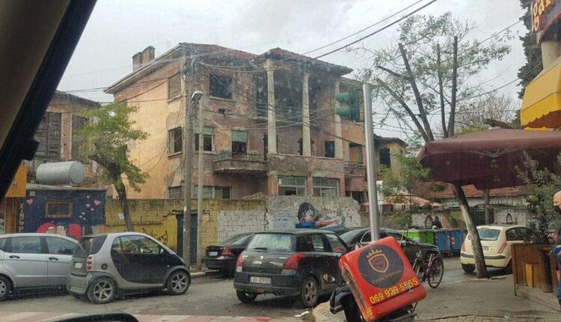 """Lazimi dhe Tare: Ndërtesa e ish-""""Radio Tiranës"""" me"""