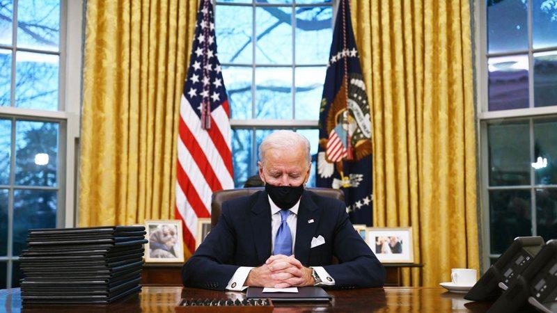 Biden nis menjëherë nga puna, firmos 17 urdhra ekzekutivë,