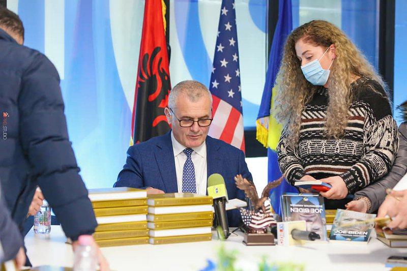 Bujar Leskaj promotes in Vlora the book about Joe Biden: Success is achieved