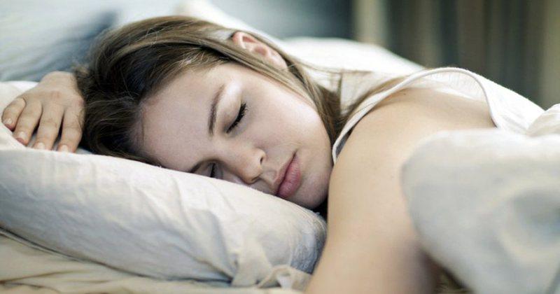 Flini gjumë në drekë? Studimi më i fundit bën publike
