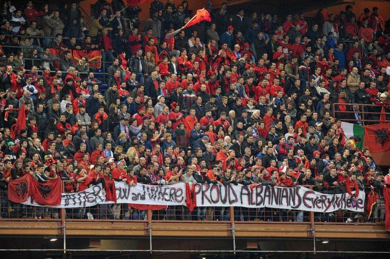 UEFA heq kufizimet për tifozët, futbolli botëror i kthehet