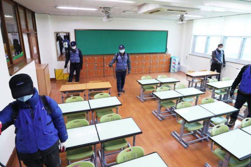 Një tjetër shtet bën hapa pas, rimbyll 200 shkolla pas shtimit