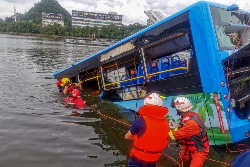 Shoferi i autobusit hidhet në liqen së bashku me pasagjerët,