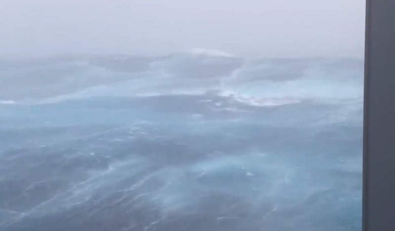 VIDEO / Scary view of Hurricane Zeta, waves higher than 15 meters and wind speed