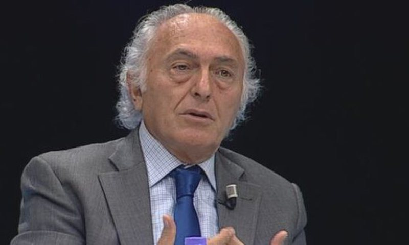 Frrok Çupi publicly advises Myslim Murrizi by opening his mouth, calling
