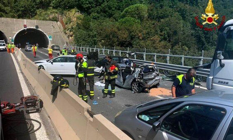 Familja shqiptare përfshihet në aksident tragjik, 6 makina bëhen