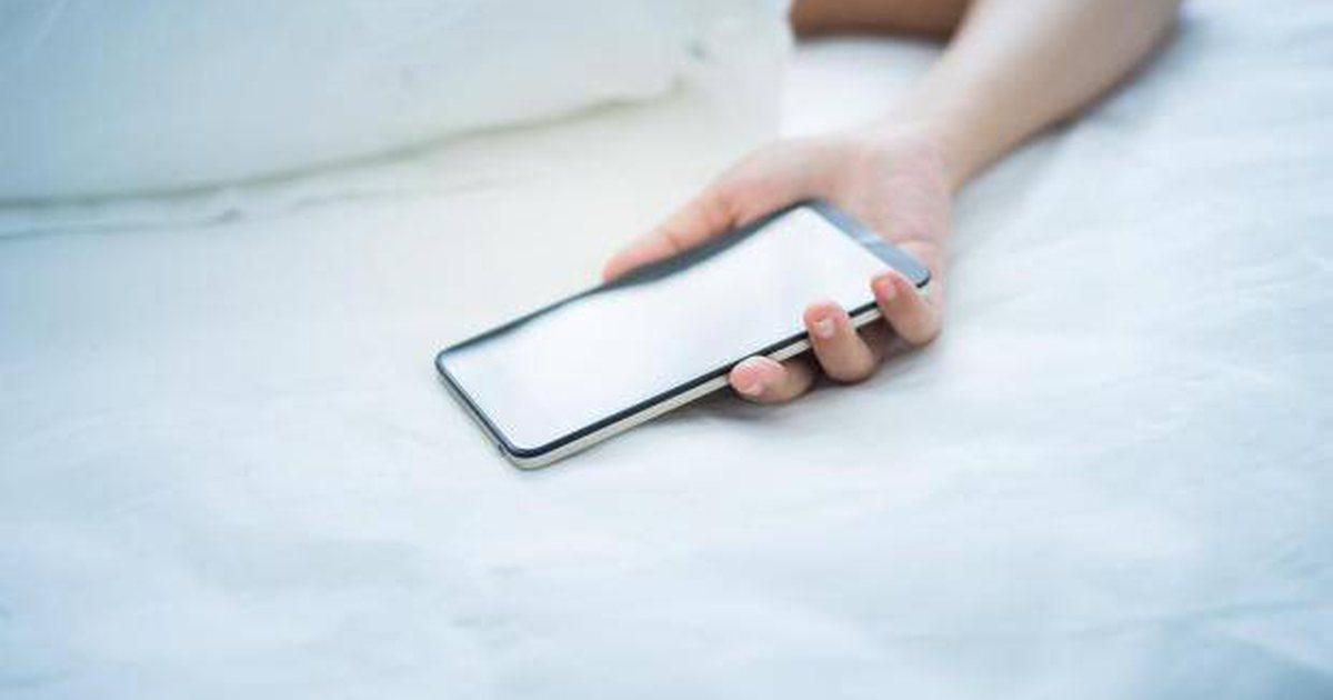 Zbuloni sa e dëmshme është prania e telefonit kur jeni në gjumë ...