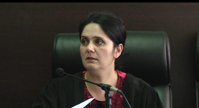 Gjyqtarja Enkeleida Hoxha shoqërohet në KLGJ