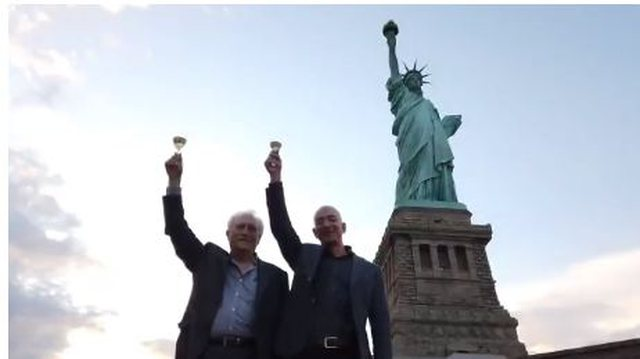 Jeff Bezos, djali më i pasur në botë i një emigranti që