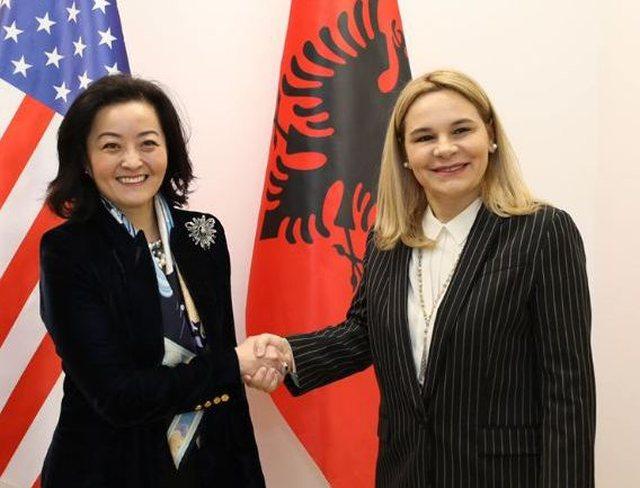 Pas sulmeve ndaj Etilda Gjonaj, ambasadorja amerikane i shkon në zyrë