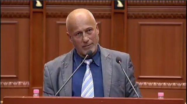 Deputeti i Opozitës reagon pas fjalimit të tij për