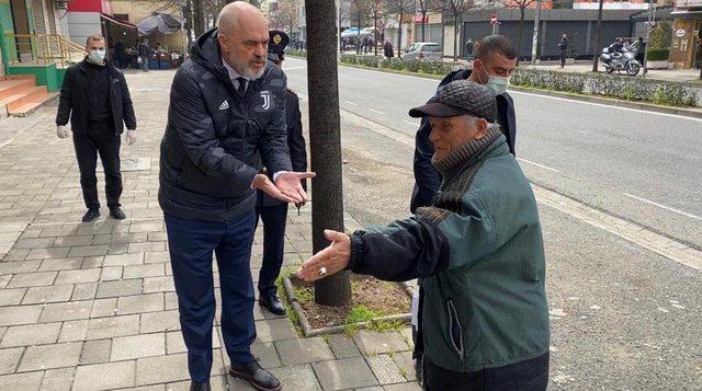 Kryeministri del rrugëve të Tiranës dhe 'zihet' me