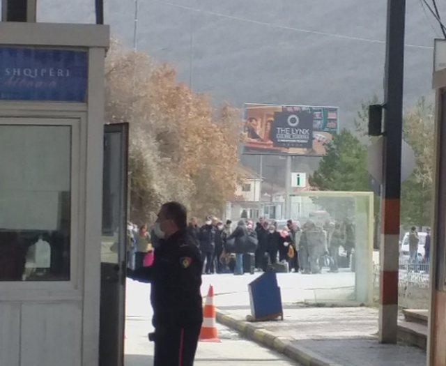 Një grup shqiptarësh të bllokuar në Kapshticë: Nuk