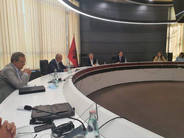 Debate të forta mes Vasilit, Bylykbashit dhe Gjiknurit në tryezën
