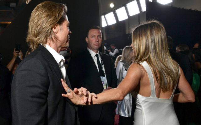 Jennifer Aniston e dashuron ende Brad-in dhe prova është unaza