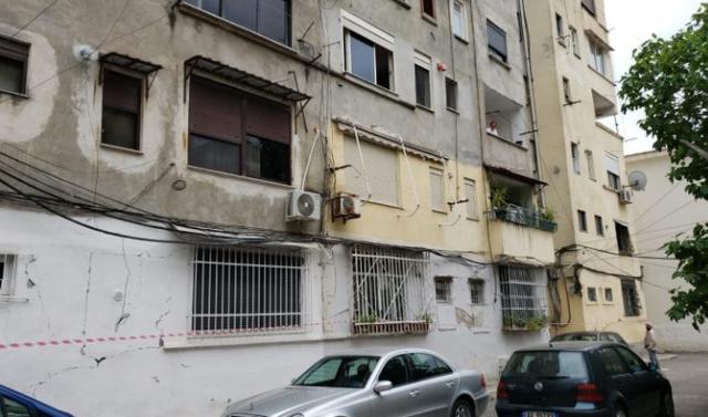 U dëmtua nga tërmeti, shembet pallati në Durrës