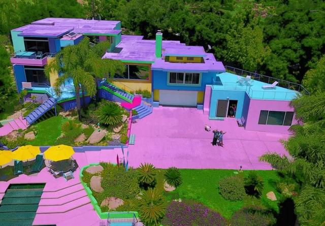 Një grua e shndërroi shtëpinë e saj në ylber. Po ti do