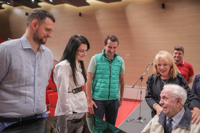 Kompozitori i njohur Avni Mula performoi sot me të bijën Inva, në