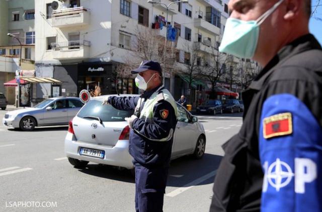 Policia ndryshon vendimin për nesër: Lejohen makinat
