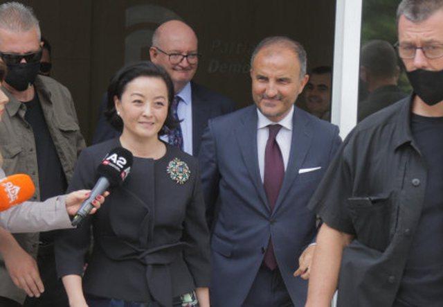 Tre ambasadorët nuk bënë asnjë koment pas takimit me