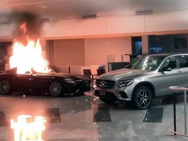 Video/ Makinat luksoze të Mercedes digjen nga protestuesit në