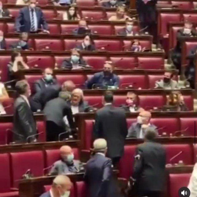 Video/ Pasi ofendoi kolegët, Vittorio Sgarbi kapet nga këmbët e