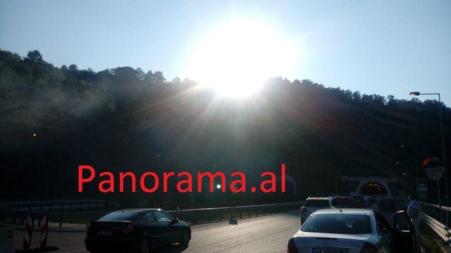 Foto/ Merr flakë makina në ecje në tunelin e Elbasanit