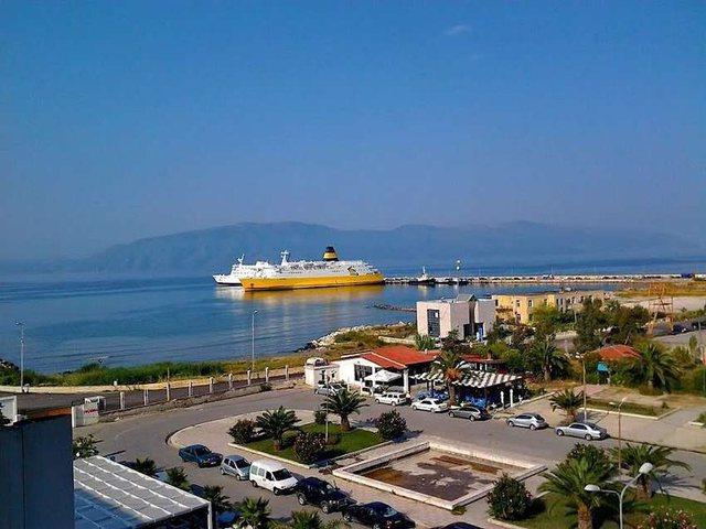 Fluks pasagjerësh në portin e Vlorës, por jo të gjithë