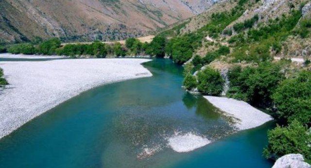 Një trup i pajetë buzë lumit Shkumbin
