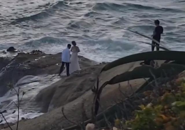 Video/ Një çift rrëmbehet nga dallgët e oqeanit teksa