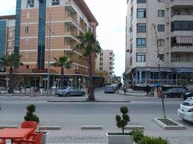 Të shtëna me armë pranë një hoteli në Durrës