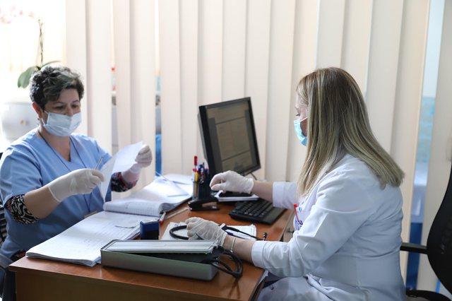 722 të infektuar në Shqipëri po ndiqen nga mjekët e familjes